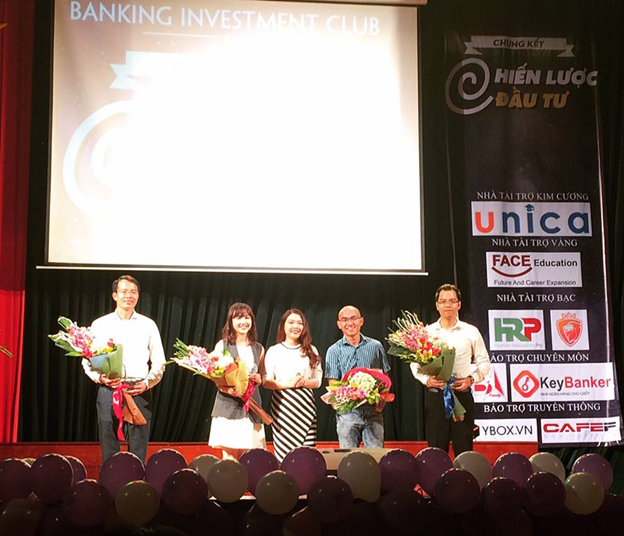 Hình ảnh 4 vị giám khảo của Cuộc thi với Cô Lê Thị Minh Ngọc -  Chủ tích Hội sinh viên Học viện Ngân hàng (Đại diện BTC gửi bó hoa tươi thắm tới các vị BGK)