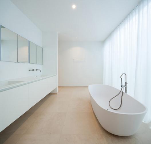 Một bồn tắm hiện đại với màu trắng chủ đạo tạo cảm giác thanh lịch, dễ chịu.