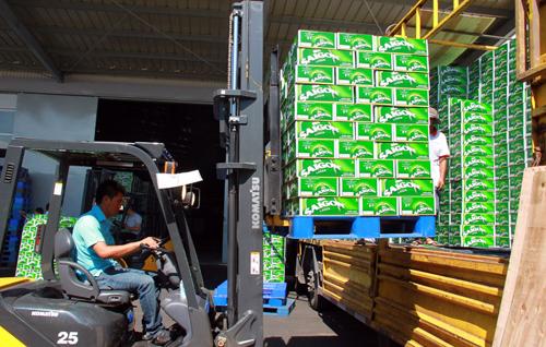 Vận chuyển bia Sài Gòn đi tiêu thụ. Ảnh: Công Thử/TTXVN