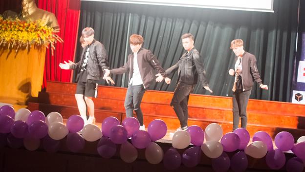 Ngoài những giây phút cạnh tranh căng thẳng của cuộc thi là sự góp mặt của nhóm nhảy SuperB