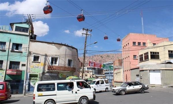 Vừa đi làm vừa ngắm cảnh với cáp treo tránh tắc đường tại Bolivia.