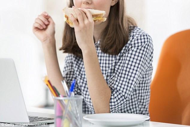 Ăn bánh mỳ kẹp vào bữa trưa có thể khiến làn da lão hóa sớm.