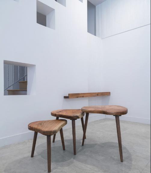 Điểm nhấn đặc biệt trong không gian này là chiếc thảm trải sàn lạ mắt và những bàn trà gỗ đẹp lạ hình trái tim.