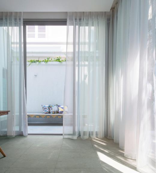 Hai không gian chức năng bếp và phòng khách ở tầng 1 luôn đảm bảo được tiếp cận trực tiếp với không gian xanh mát bên ngoài.