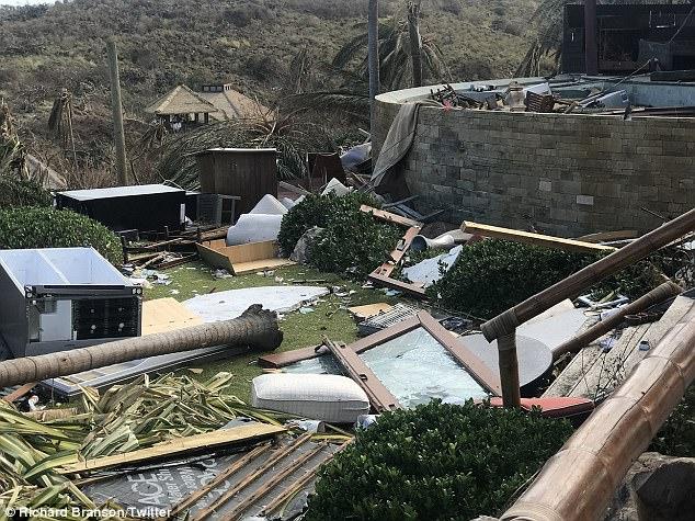 Tỷ phú Richard Branson vừa công bố những bức ảnh chụp khu tư dinh của ông trên đảo Necker, nằm trong quần đảo Virgin thuộc Anh, nơi hứng chịu thiệt hại nặng nề của siêu bão Irma. Những bức ảnh cho thấy phần lớn ngôi nhà và cây cối xung quanh đều bị hư hại tới mức không thể nhận ra vì bão.