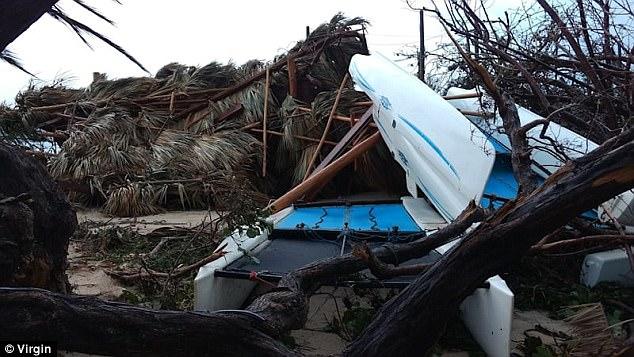 Những chiếc thuyền bị sóng đánh lên bờ sau khi bão đổ bộ.