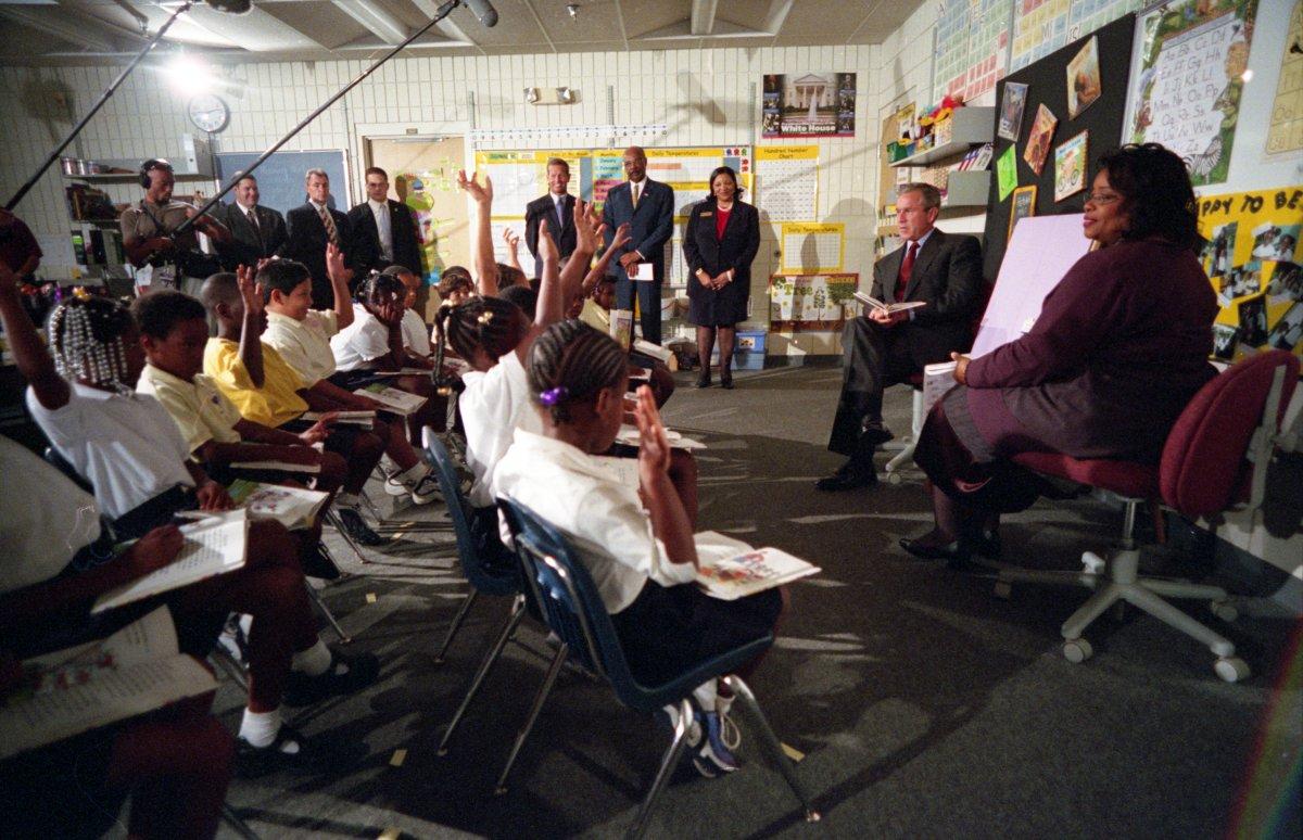 Ngày 11/9/2001 theo giờ Mỹ, loạt máy bay chở khách bị không tặc biến thành vũ khí tấn công những công trình biểu tượng của nước Mỹ như Lầu Năm Góc và Tháp đôi Trung tâm Thương mại Thế giới. Nhà Trắng dường như cũng nằm trong âm mưu khủng bố nhưng sự chống trả của phi hành đoàn và hành khách trên chiếc máy bay bị không tặc đã giúp nó không bị tổn hại trong ngày được mô tả là đau thương nhất lịch sử nước Mỹ hiện đại. Trong buổi sáng định mệnh đó, Tổng thống George W. Bush đang có mặt tại Trường Tiểu học Emma E. Booker ở Sarasota, Florida để tham gia vào một buổi đọc sách cùng trẻ nhỏ.