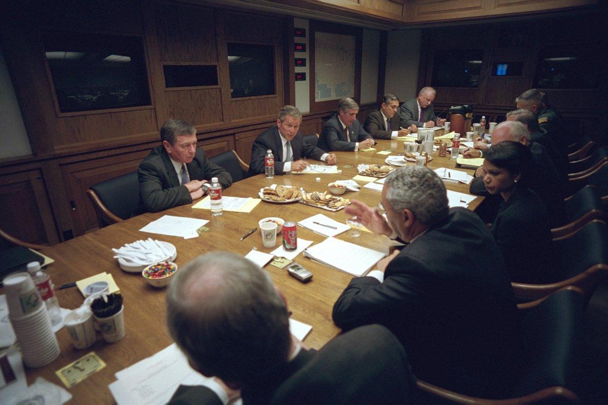 Sau đó là cuộc họp với Hội đồng An ninh Quốc gia tại Phòng Tình huống, Nhà Trắng.
