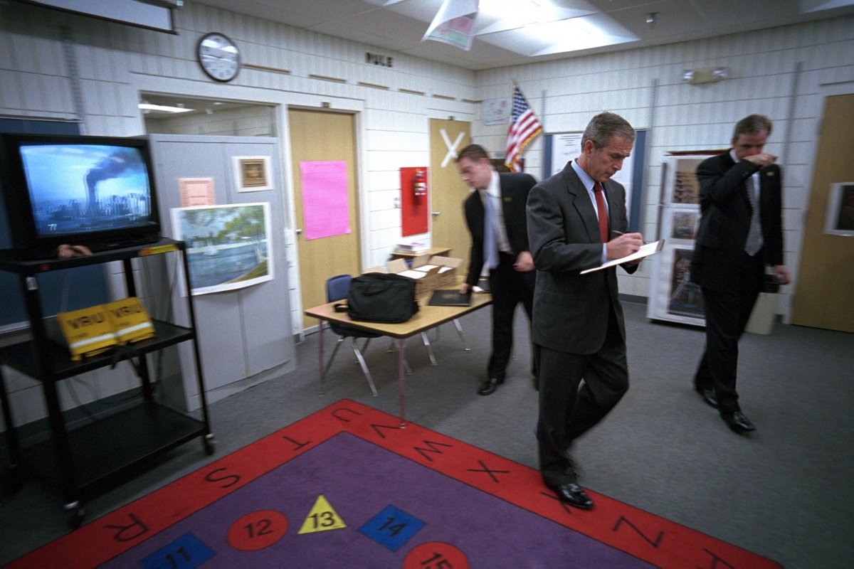 Tổng thống Bush tranh thủ ghi lại những gì ông nghe thấy trên bản tin về vụ khủng bố Trung tâm Thương mại Thế giới.
