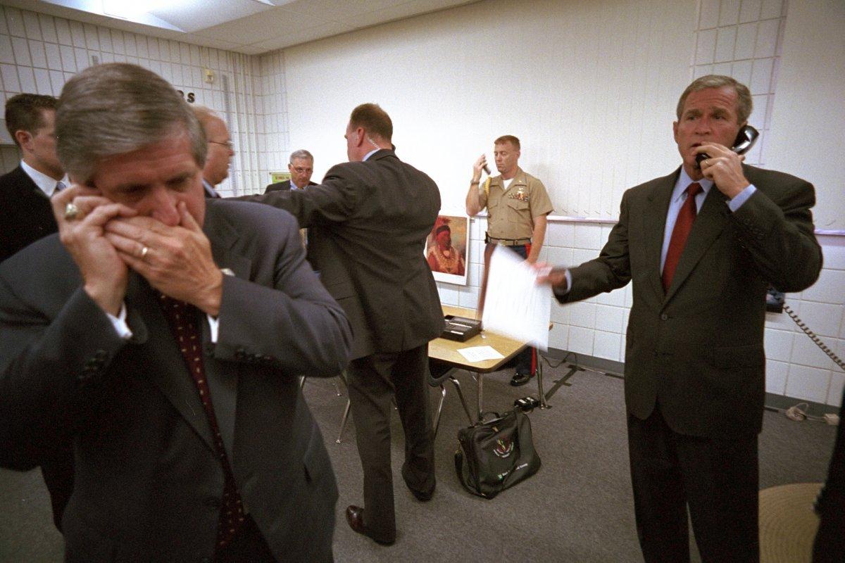 Tổng thống Bush ngay lập tức gọi điện cho Thị trưởng New York George Pataki, Giám đốc FBI Robert Mueller và Phó Tổng thống Dick Cheney về vụ khủng bố. Chánh văn phòng Nhà Trắng Andy Card đang sử dụng điện thoại di động.