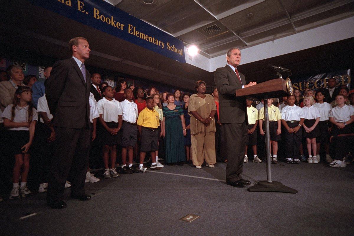 Ngay tại ngôi trường tiểu học, Tổng thống Bush đăng đàn để nói về vụ khủng bố trên đất Mỹ.