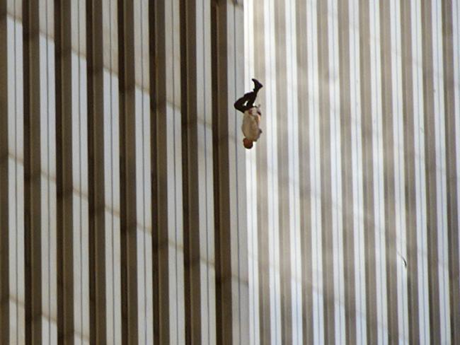 Bức ảnh The Falling Man của Richard Drew có lẽ là bức ảnh ấn tượng nhất trong thảm họa này. Người ta không thể xác định danh tính của người đàn ông trong ảnh, nhưng nó đã để lại một nỗi ám ảnh với bất kỳ ai nhìn thấy.