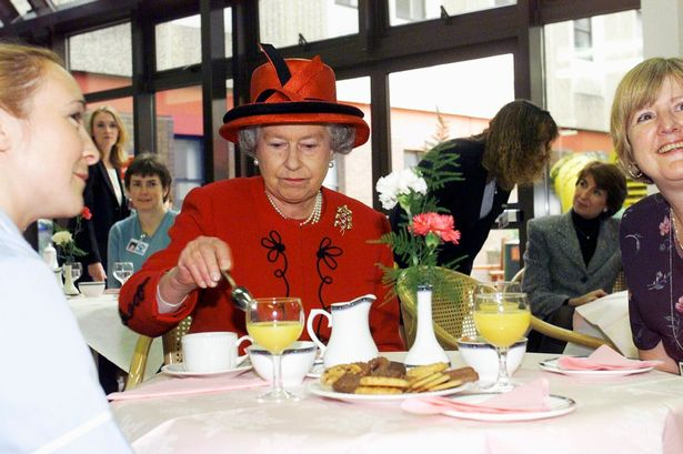 Nữ hoàng Elizabeth thường uống trả không đường.