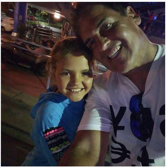 Vị tỷ phú 58 tuổi không ngần ngại chia sẻ khoảnh khắc hai cha con đi dạo buổi tối và trò chuyện vui vẻ với nhau trên mạng xã hội.