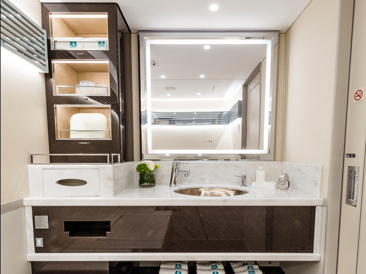 Nhà tắm rộng rãi và cao cấp chẳng kém khách sạn năm sao.