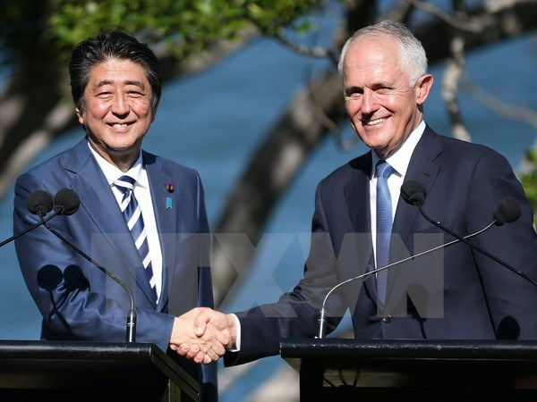 Thủ tướng Australia Malcolm Turnbull (phải) và Thủ tướng Nhật Bản Shinzo Abe (trái) trong cuộc họp báo chung tại Sydney ngày 14/1. (Nguồn: EPA/ TTXVN)