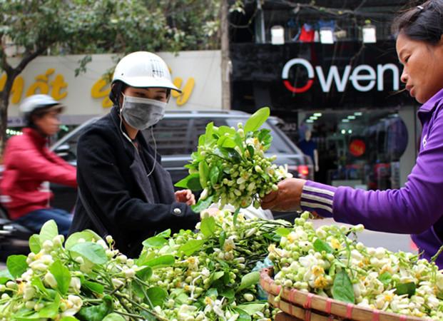 Chị Vân bán hoa bưởi trên phố Phạm Ngọc Thạch.