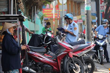 Ghi nhận của PV, trên tuyến đường Nguyễn Trãi lực lượng đô thị tuần tra ráo riết để dọn sạch vỉa hè.