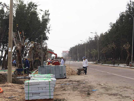 Thi công cải tạo, chỉnh trang đường Độc Lập ven biển TP Tuy Hòa, Phú Yên. Ảnh: TẤN LỘC