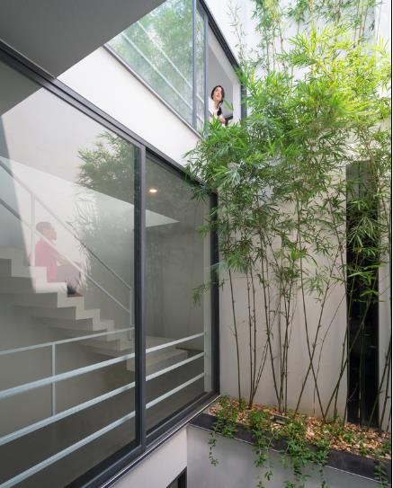 Quanh khu vực này cũng được bảo vệ bằng những cửa kính giúp không gian bên trong tránh được gió, mưa…