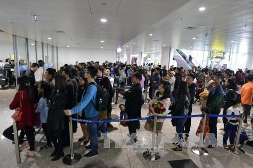 Du lịch Hà Nội mong muốn cải thiện hình ảnh đến từ cách giúp cho nhân viên sân bay Nội Bài biết cười. Ảnh: TTXVN.