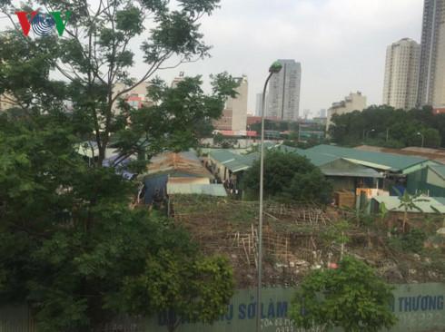 Các dãy nhà nơi có công nhân đang sinh sống trong khu đất dự án xây dựng trụ sở các Tổng công ty do Handico quản lý trên địa bàn phường Mễ Trì.