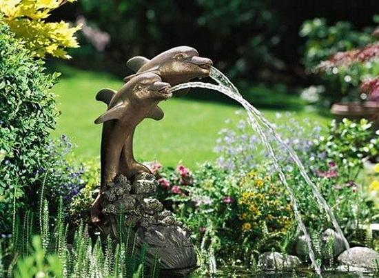 Chỉ cần một đài phun nước nhỏ nhắn với những chú cá đáng yêu thế này cũng có thể giúp cho tâm hồn con người trở nên vui vẻ, thư thái khi được dạo bước thư thả trong vườn hay chỉ ngồi ngắm nhìn từ hiên nhà.