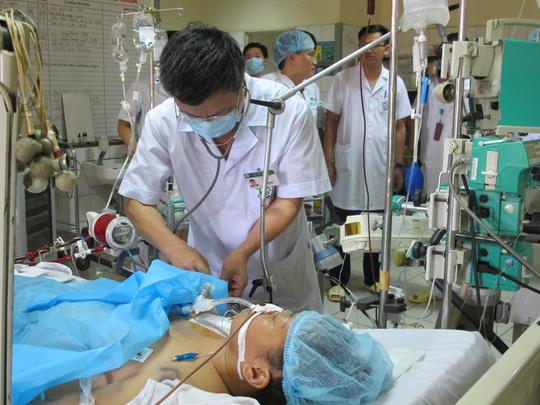 Nạn nhân đang được cấp cứu trong vụ chạy thận ở Hoà Bình- Ảnh: Diệu Thu