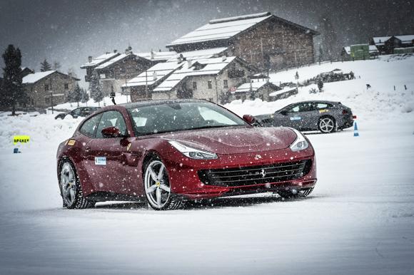 Những người sở hữu siêu xe Ferrari luyện các kỹ năng xử lý khi lái xe trên tuyết.