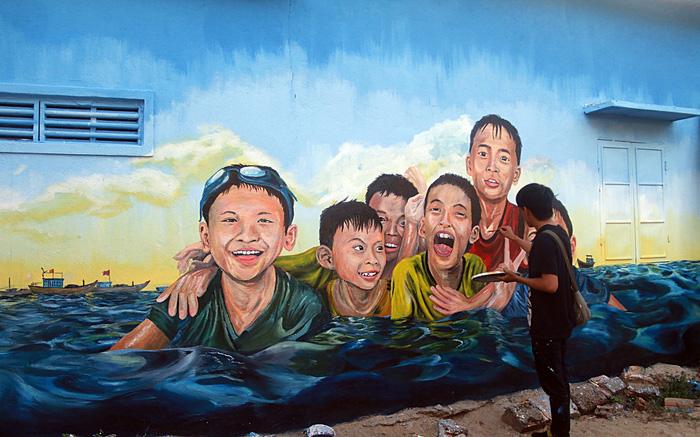 """""""Lý sơn của Quảng Nam"""" thêm hút hồn du khách bởi làng bích họa được vẽ nên từ sinh viên Đà Nẵng - Ảnh 1."""