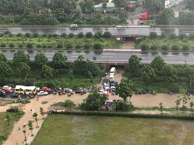 Hầm dân sinh ngập lún phân phốih xe sau cơn mưa sáng 13/7/2017.