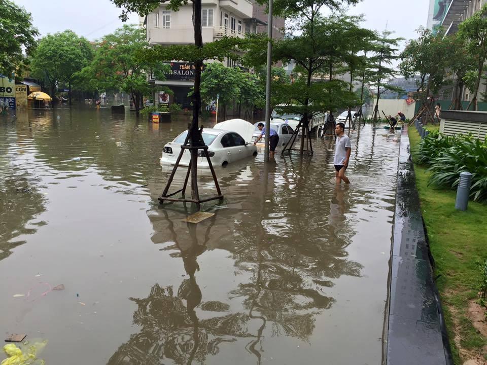 Hồi tháng 5/2016, nhiều người dân khu Văn Phú - Hà Đông cũng choáng ngợp có cảnh ngập nặng, nhiều xe xe 4 phân phốih chìm trong biển nước.