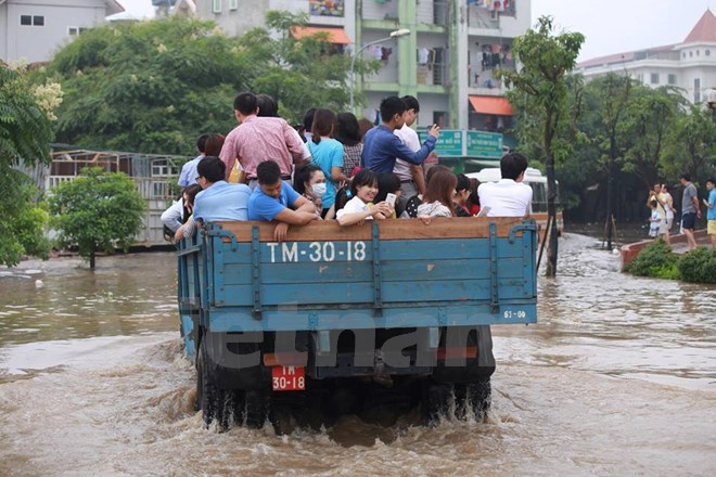 Khu đô thị Resco Cổ Nhuế - người dân phải đi đến bằng xe tải để ra khỏi khu đô thị khi trời mưa.