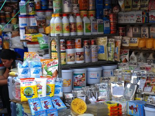 Hóa chất, phụ gia, chất bảo quản phân phối ở chợ Kim Biên (TPHCM). Ảnh tư liệu