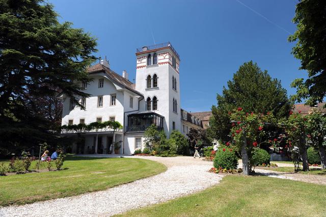 Trong thời gian học chính thức, các lớp học được tổ chức tại lâu đài Chateau. Khung cảnh bên ngoài các lớp học giống như một khu nghỉ dưỡng cao cấp.