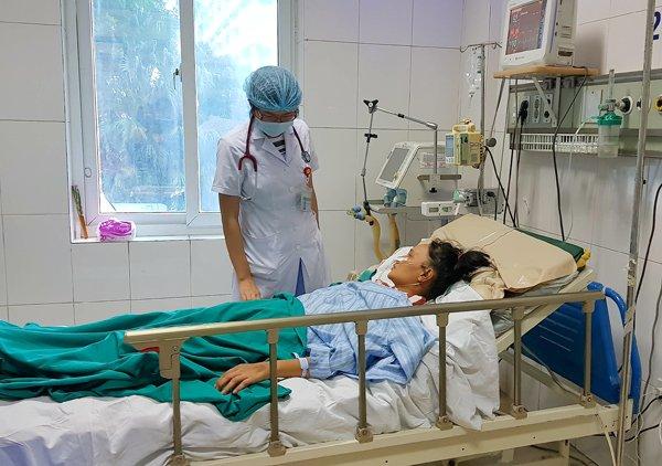 Nữ bệnh nhân 43 tuổi bị biến chứng viêm cơ tim sau mắc sốt xuất huyết, điều trị tại BV Bệnh nhiệt đới TƯ. Ảnh: T.Hạnh