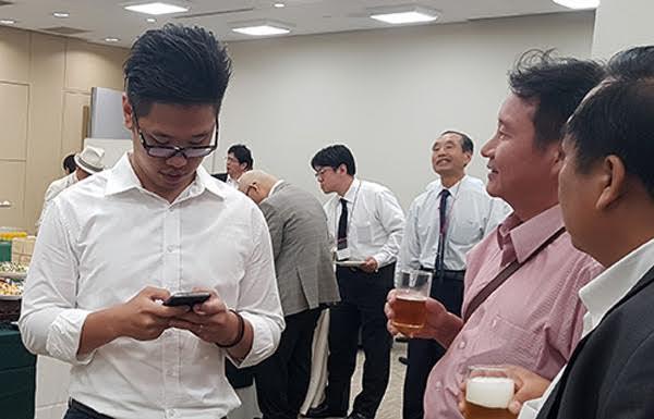Ông Vũ Minh Hoàng (áo trắng) sẽ hoàn thành chương trình học tại Nhật vào tháng 9/2017