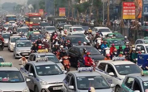 Taxi chạy lòng vòng đón khách vừa lãng phí tiền xăng lại gây ùn tắc giao thông và ô nhiễm môi trường. (Ảnh minh họa: KT)