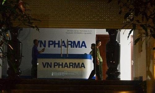 Cơ quan công an khám xét Công ty VN Pharma (Ảnh: Người lao động