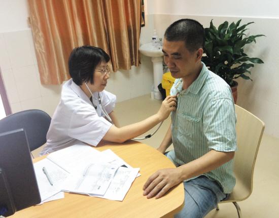 Giáo sư Trần Yến Minh đang khám bệnh