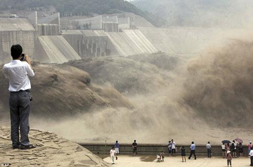 Một đợt xả nước ở đập Xiaolangdi ở tỉnh Hà Nam - Trung Quốc Ảnh: AP