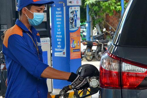 Việc bảo đảm nguồn ethanol để phối trộn xăng E5 và E10 là thách thức với cơ quan quản lý và doanh nghiệp Ảnh: TẤN THẠNH