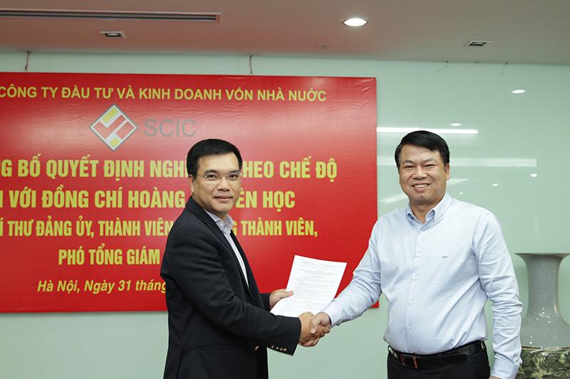 Ông Nguyễn Chí Thành (vest đen) nhận quyết định bổ nhiệm