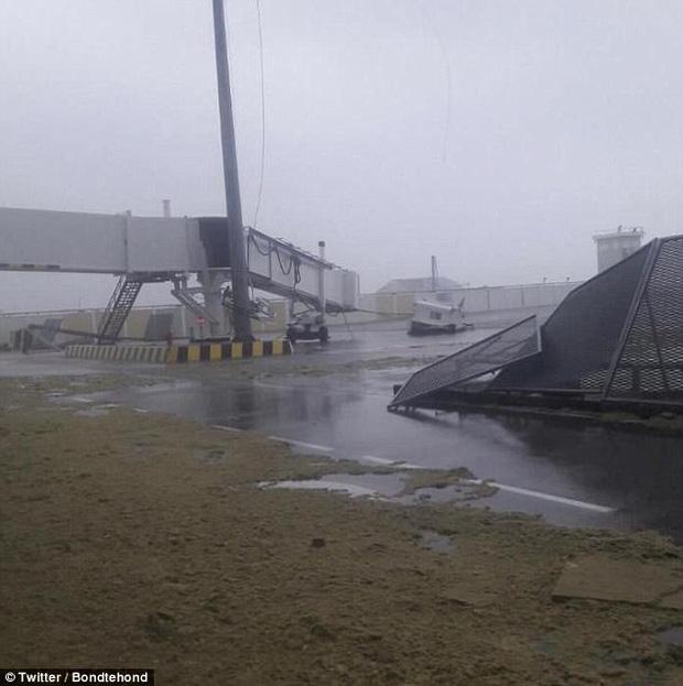Hình ảnh sân bay Princess Juliana phủ đầy cát.