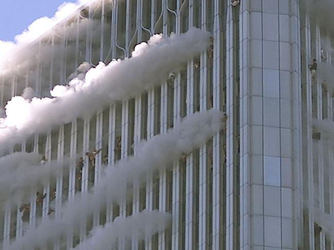 Nhiều người bị treo lơ lửng ở các cửa sổ của tòa nhà chọc trời khi một chiếc máy bay tấn công trong ngày 11/9.