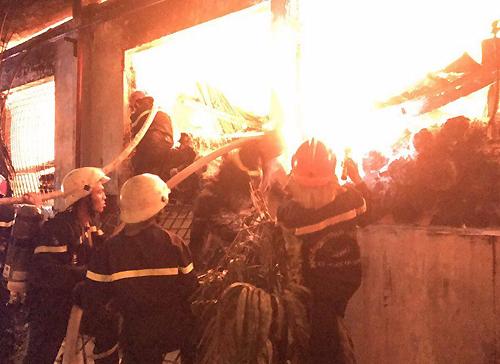 Cảnh sát tấn công trực diện vào đám cháy. Ảnh: Sơn Hòa - VnExpress