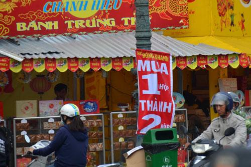 Nhiều gian hàng bánh trung thu tại TP HCM treo bảng giảm giá dù còn khá lâu mới đến trung thu Ảnh: TẤN THẠNH