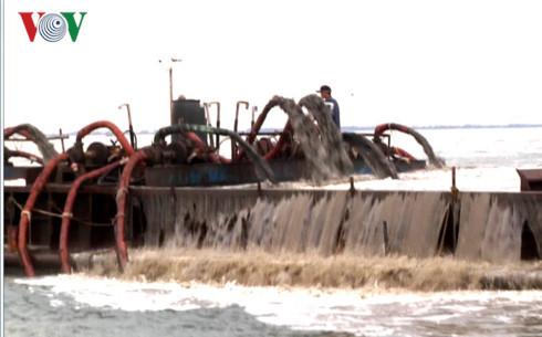 Cửa biển Cần Giờ bị cày nát do nạn khai thác cát lậu (Ảnh: Vinh Quang/VOV-TPHCM)