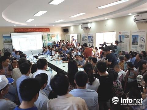 Quang cảnh cuộc đối thoại giữa cư dân Khu Đoàn ngoại giao thuộc phường Xuân Tảo (quận Bắc Từ Liêm, Hà Nội) có chủ đầu tư là Tổng doanh nghiệp Xây dựng Hà Nội - Công ty Cổ phần (Hancorp) ngày 15/10. Ảnh: Minh Thư