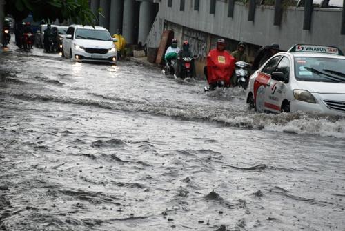 Đường Nguyễn Hữu Cảnh ngập trở lại vào trưa 17-10 dù mưa không lớn
